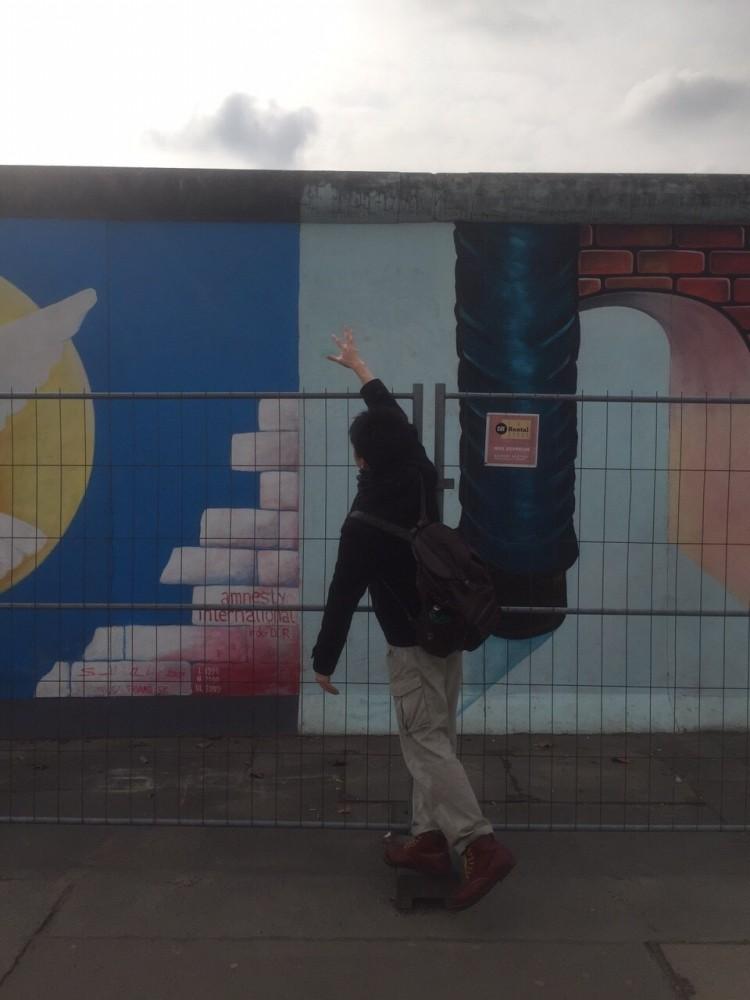 卒業旅行でヨーロッパに行った時の写真です♪<br /> こちらはドイツのベルリンの壁です(^.^)<br /> 初海外で驚きもいっぱいでした!
